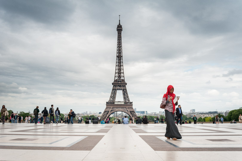 parisian woman eiffel tower